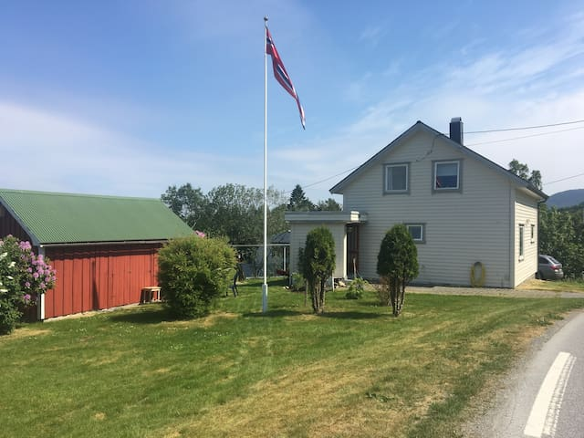 Idyllic holiday house 'Kårhus' by the fjord