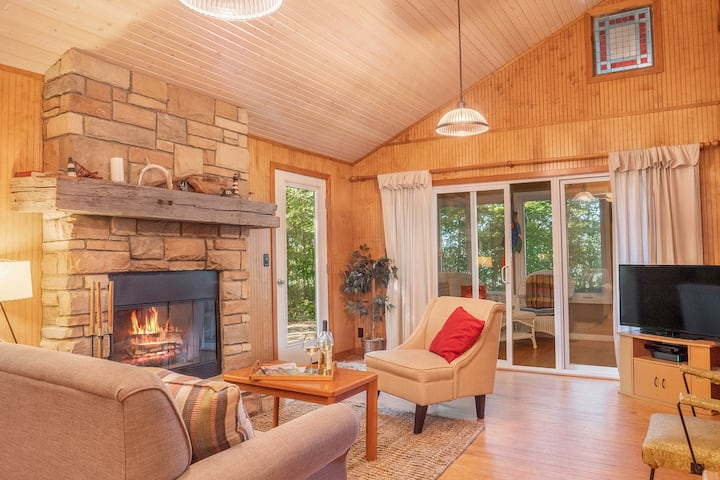 Private dog-friendly cottage w/wood-burning fireplace, WiFi, lakefront access