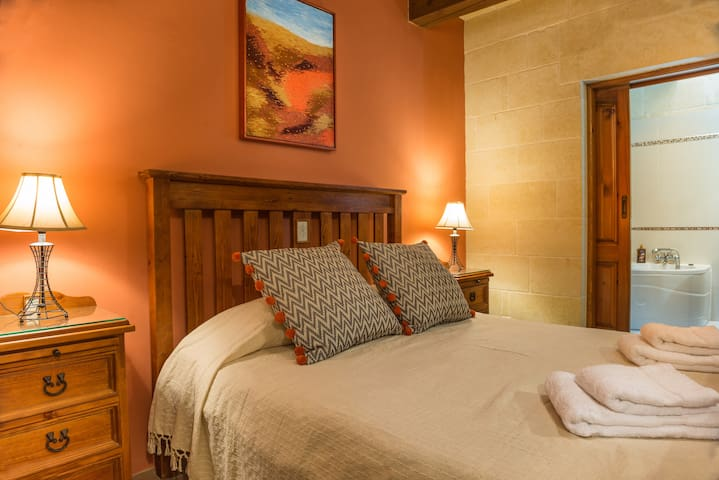 Romantic double room & pool & breakfast & en suite - Gharb - Wikt i opierunek