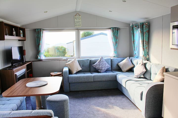 Brand new deluxe 3 bed caravan with decking