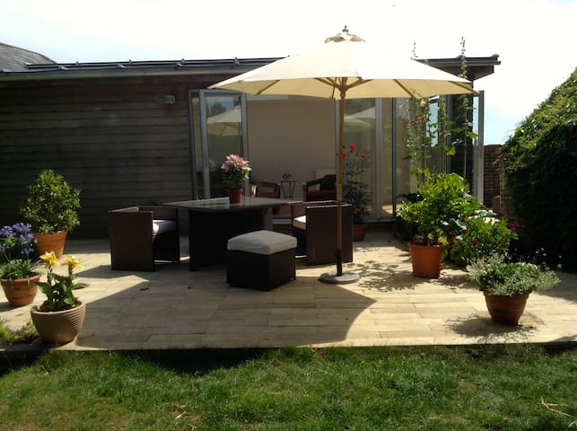 Spacious ensuite garden room - Arundel