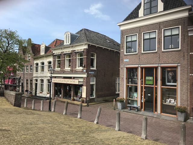 Situation in the centre of Edam close to the cheese market.