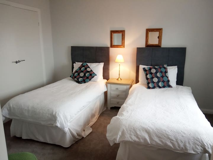 Twin ensuite room with breakfast