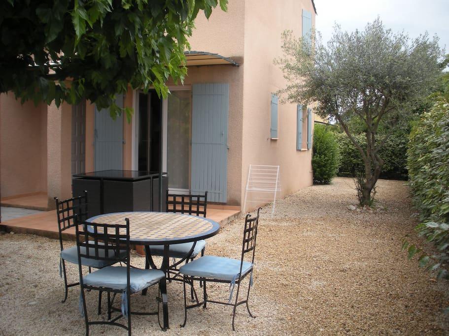 Jolie maison en provence houses for rent in entraigues - La table d or entraigues sur la sorgue ...