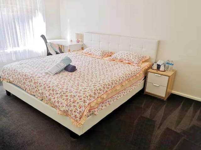 Sunshine King Size Bed Room.  Close to Airport 阳光房