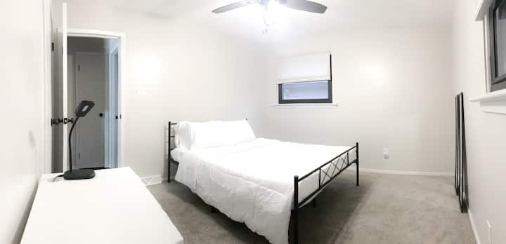 Private Master Bedroom in Beautiful Noda Home