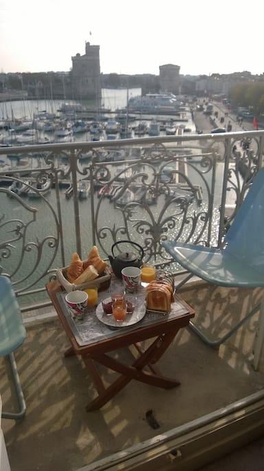 Balcon de l'appartement pour petit déjeuner