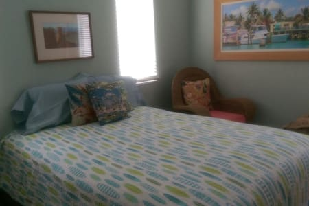 Private queen size bedroom in single family home. - Marco Island - Haus