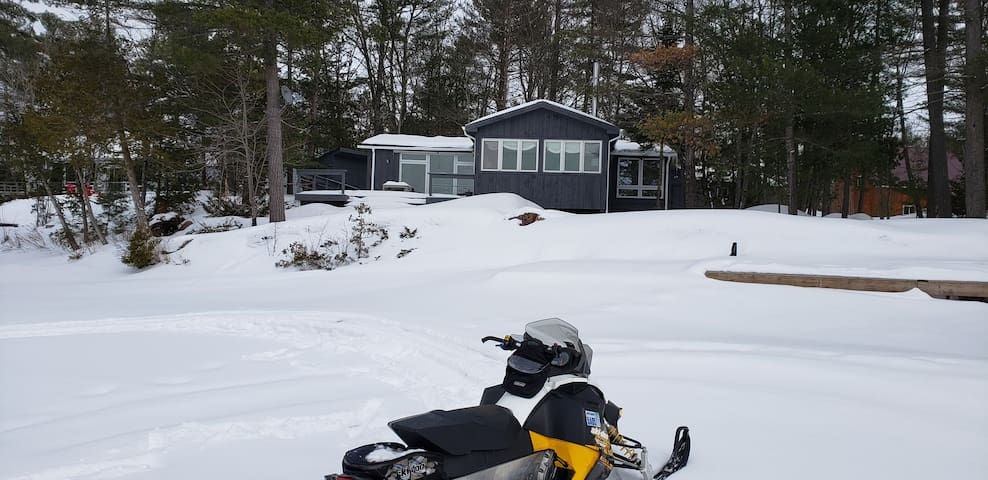 Escape to snowmobile trails & ice fishing & cozy!