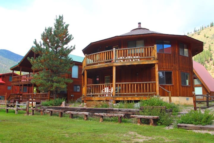 Round Eagle - Unique Home on the River, Ski In/Out, Wrap-around Deck, Washer/Dryer, King Beds - Red River