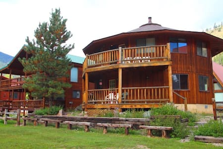 Round Eagle - Unique Home on the River, Ski In/Out, Wrap-around Deck, Washer/Dryer, King Beds - Red River - Talo