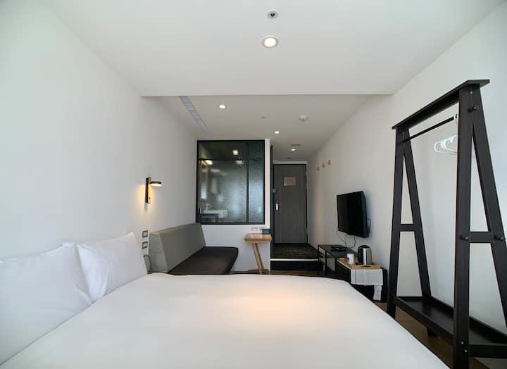 台北 NKHOME 標準雙人房610|鄰近台北101|步行8分鐘至南京三民捷運捷運站