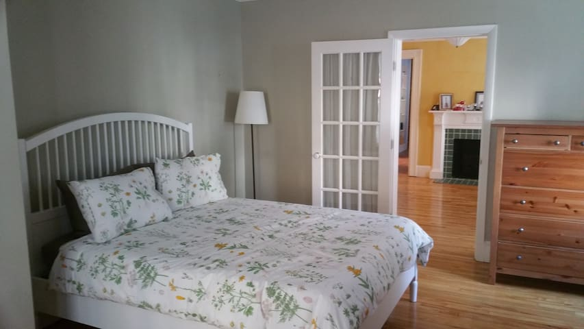 Charming in-town apartment, parking included