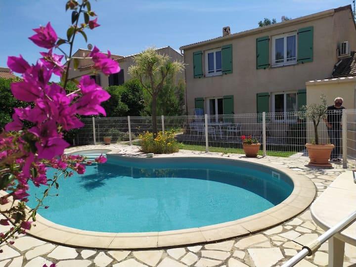 Studio indépendant dans villa avec piscine.