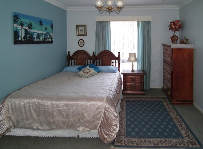 B&B W/A DIFFERENCE use IT AS HOME Kitchen pool etc - Perth - Bed & Breakfast
