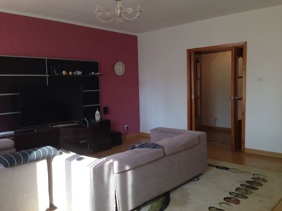 """Spacious living room with a comfy couch and two lazyboys - a 55"""" TV - wifi"""
