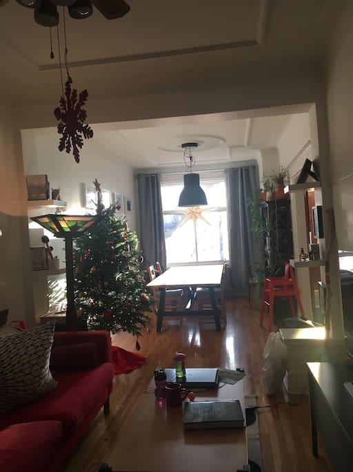 Grande pièce double incluant salle à manger et Salon ainsi qu'un coin salle de jeux