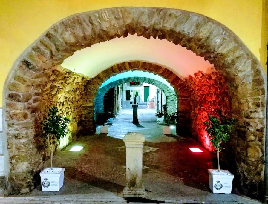 Arco illuminato di sera