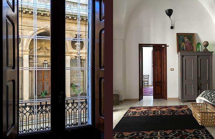 Casa antica i filmisk stadsmiljö i Apulien