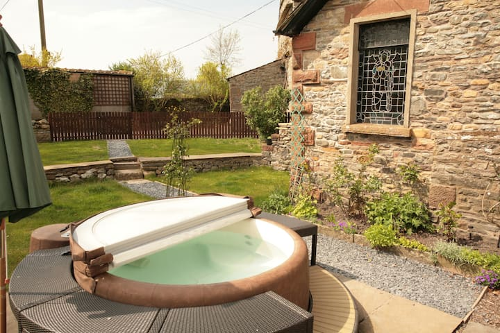 Detached Sedbergh cottage with hot tub.