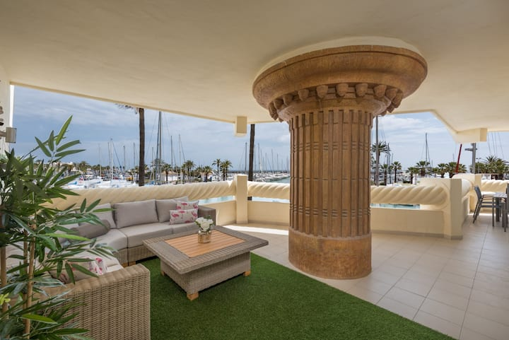 LUXURY APARTMENT WITH SEA VIEWS IN PUERTO MARINA