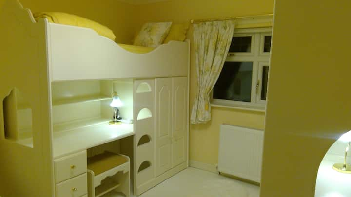 Serene...   Twin Room in Safe Edinburgh Area