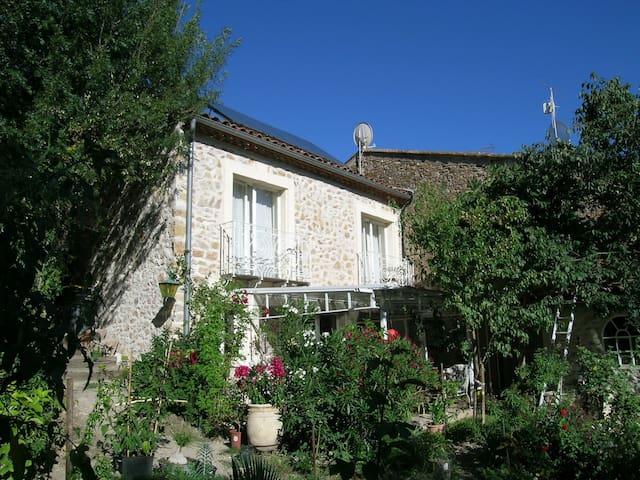 Lauschiges Natursteinhaus mit Garten - Fouzilhon - House