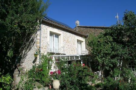 Lauschiges Natursteinhaus mit Garten - Fouzilhon