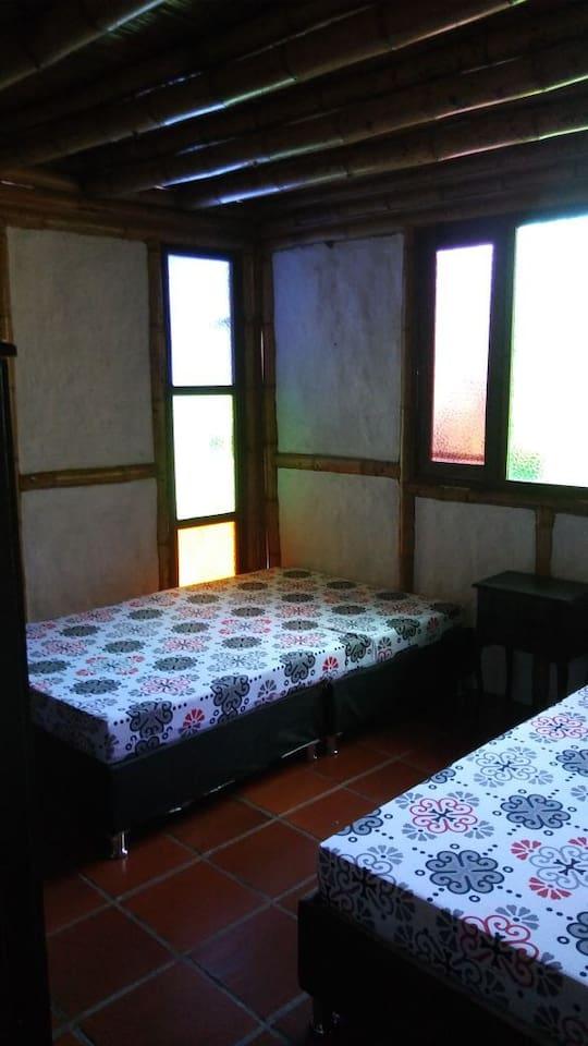 Habitación con 2 camas semidobles