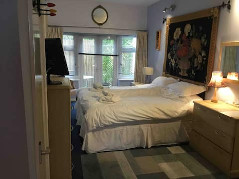 Lovely large self-contained flat with twin beds.