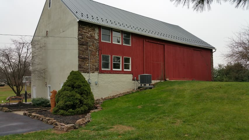 Spacious Apartment in Historic Barn - Harleysville - Flat