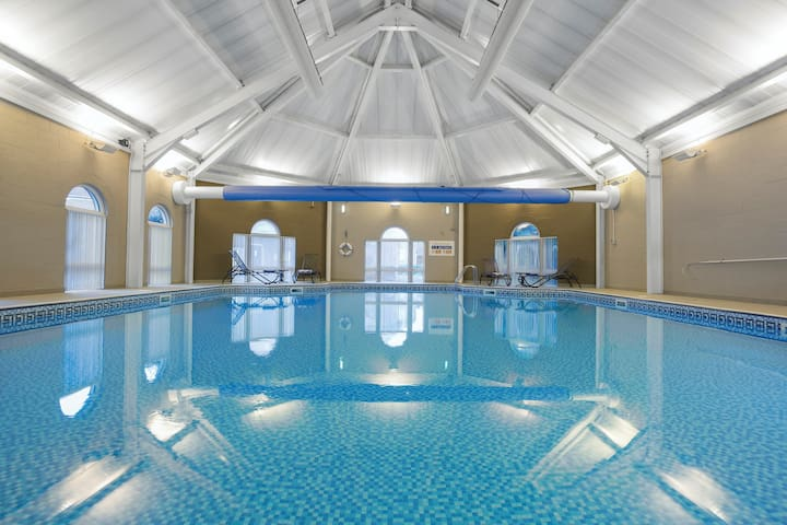 Bright and Spacious Apartment in Staffordshire   Access to a Shared Indoor Pool + Golf-Course!