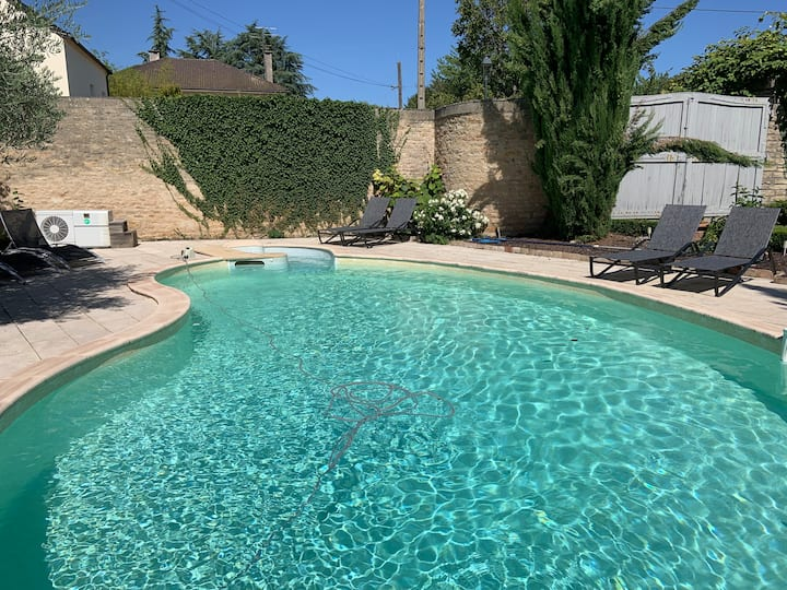 BEAUNE : discreet down to earth in the center  with swimming pool.