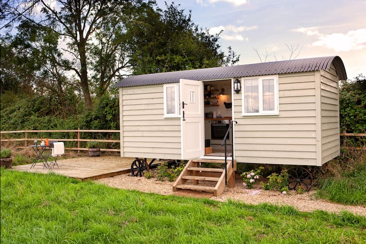 Starlight Shepherd Hut- a luxurious rural retreat