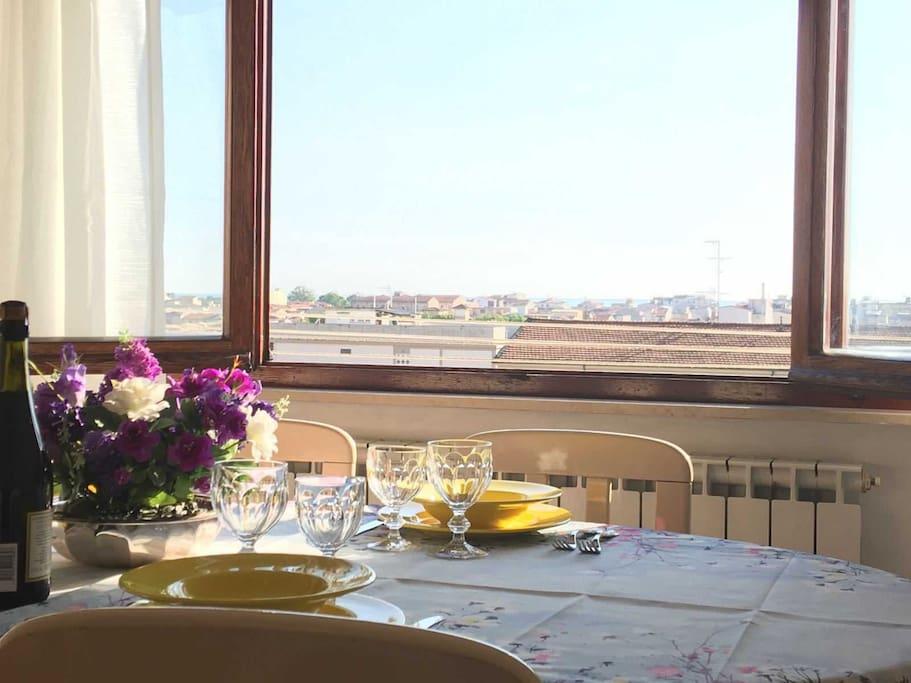 Ampia finestra in sala da pranzo