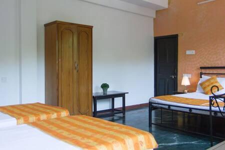 c.Ollie Stays - Siolim - North Goa - Family Room - Siolim - Bed & Breakfast