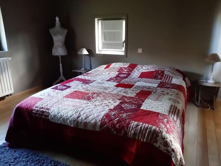 """Une chambre """"côté cour""""  à l'Ombre du Clocher..."""