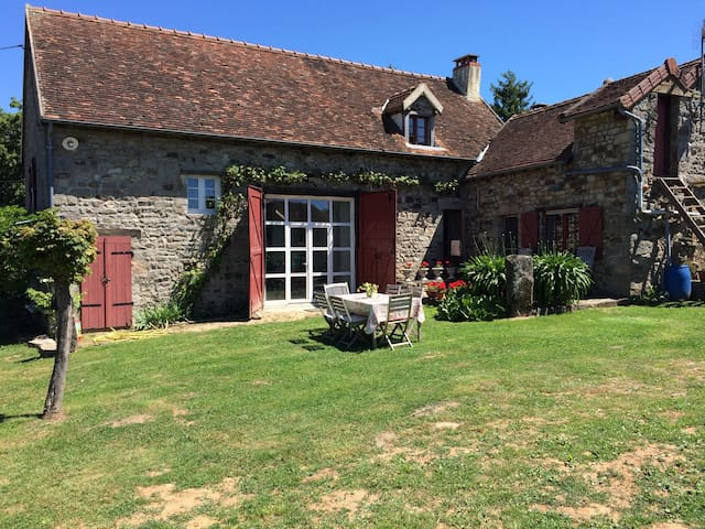 Ruime kamer in een Franse boerderij - Saint-Bonnet-de-Vieille-Vigne - Bed & Breakfast