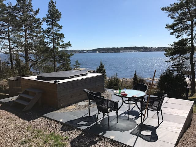 Cosy lake cottage in nature with hot tub by Åmål