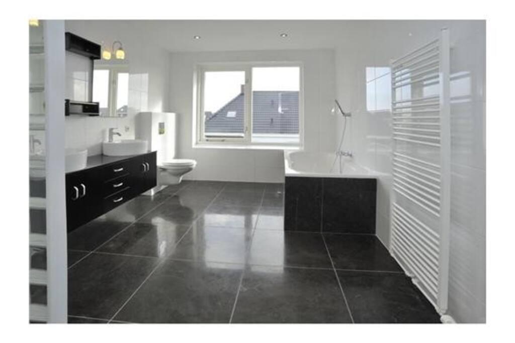 Luxe en ruime badkamer
