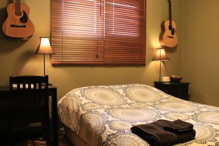 Cozy & Comfy Room - Calgary's Most AirBNB Reviews! - Calgary
