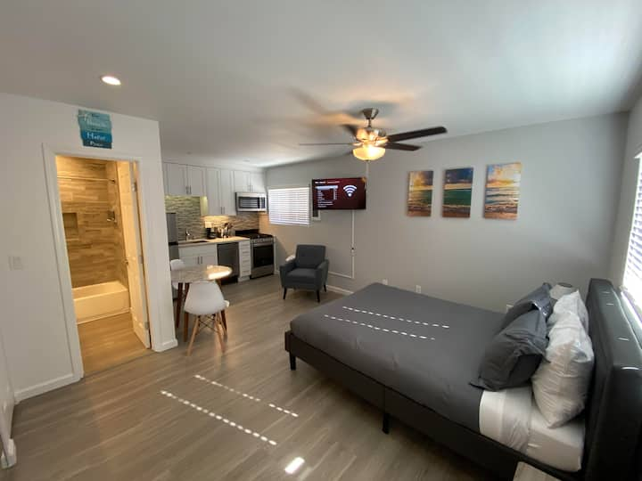 Remodeled Studio 2 Blocks from the Bay!! (#407)