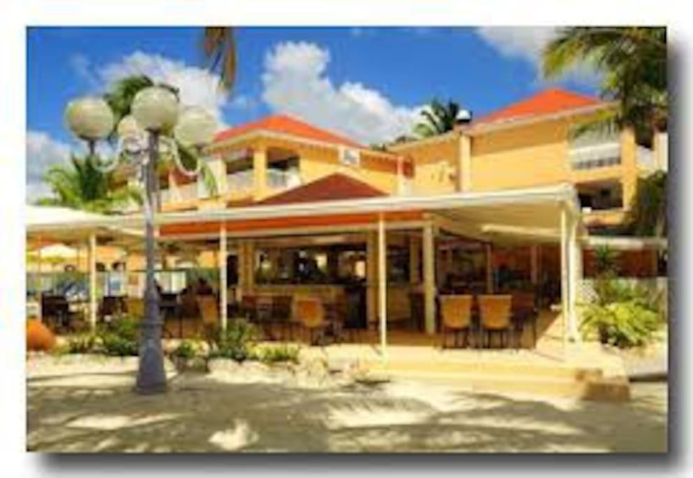Restaurant au bord de la piscine et du lagon