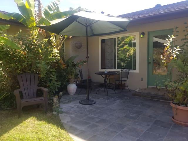 Garden studio 1.8 miles from Butterfly Beach