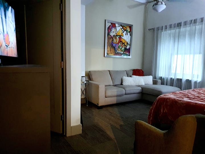 Prime Midtown Location! *females bookings only*
