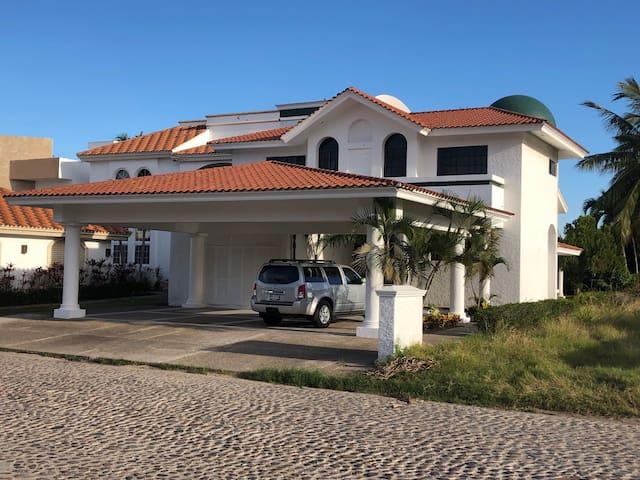 Hermosa casa en exclusivo Fraccionamiento EL CID!