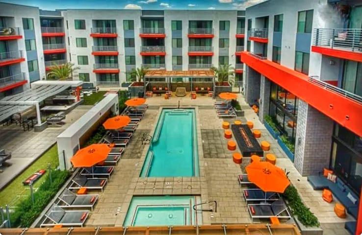 Old Town Scottsdale - pools, cabanas, indoor golf!
