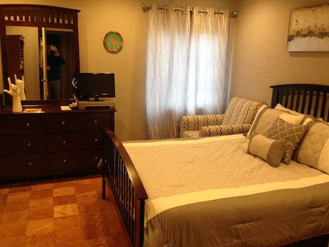 1 pvt rm, qu bed w/full sep bath - Pikesville - Apartamento