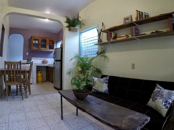 Work/relax 5min to beach, 2BR w 25mbps internet