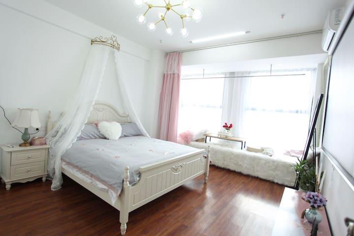 宽敞舒适/卧室温馨浪漫/超大巨幕/落地窗尽享室外风景